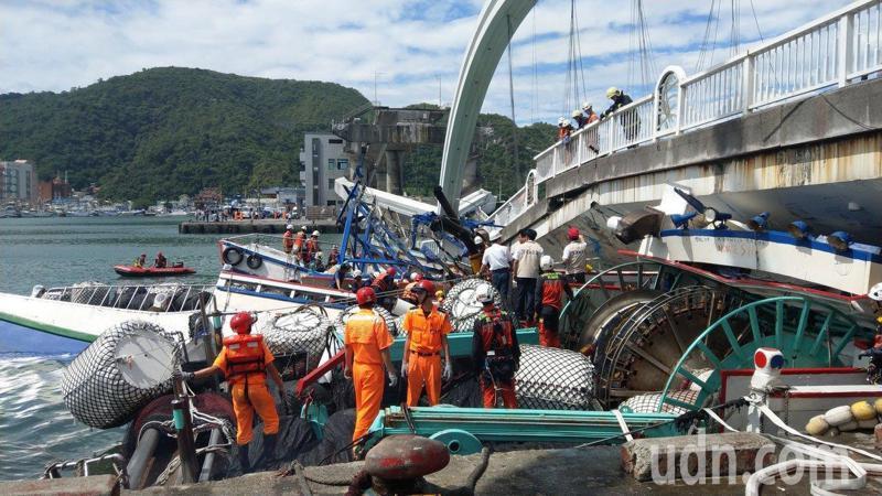跨港大橋斷裂壓垮三艘漁船,海陸空搜救。 記者戴永華/攝影