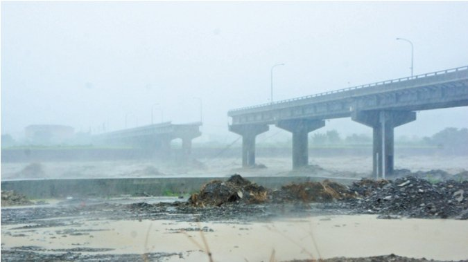 6年前新竹縣竹東鎮外五里通往芎林鄉的中正大橋,也是在蘇力颱風後斷裂。圖/聯合報資...