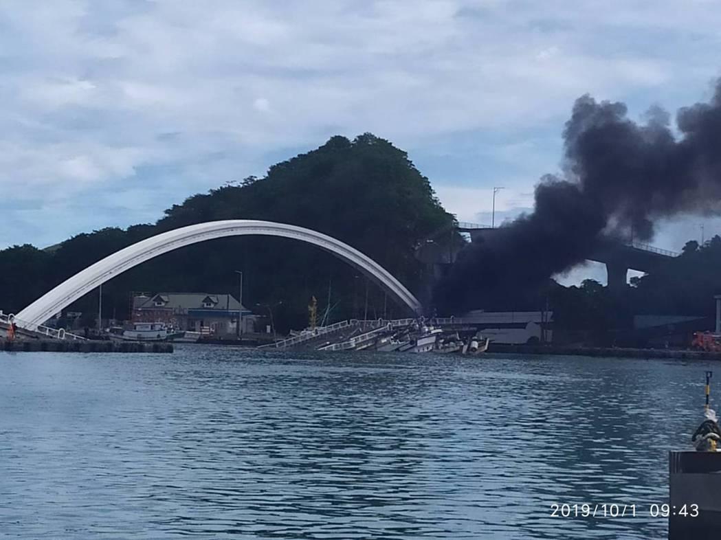 南方澳大橋上午突然斷裂,事故原因,港公司還在調查。圖/廖大慶提供