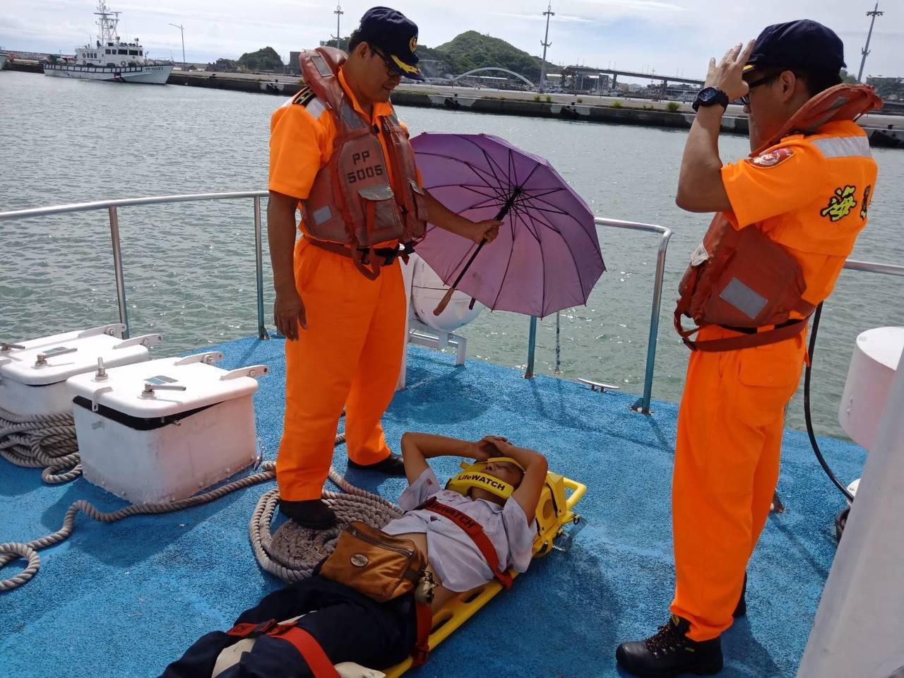 海巡署在南方澳跨海大橋現場救災救人。圖/記者廖炳棋翻攝