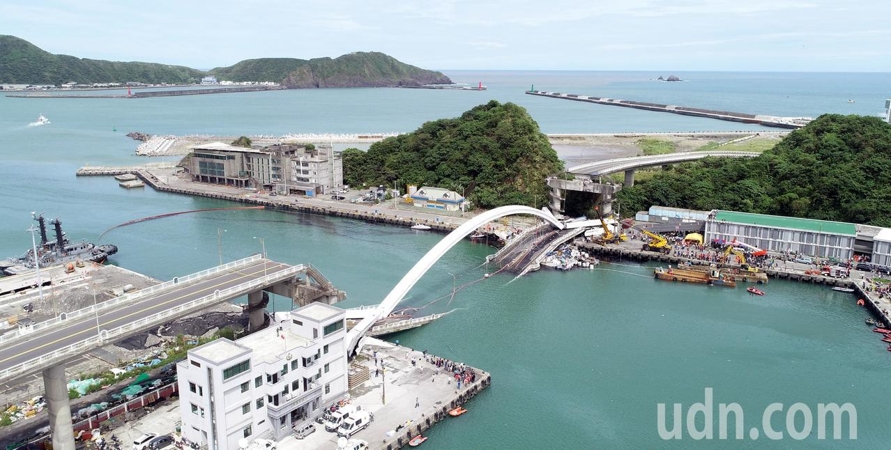 南方澳跨港大橋突然斷裂,還壓垮底下的漁船。記者侯永全/攝影