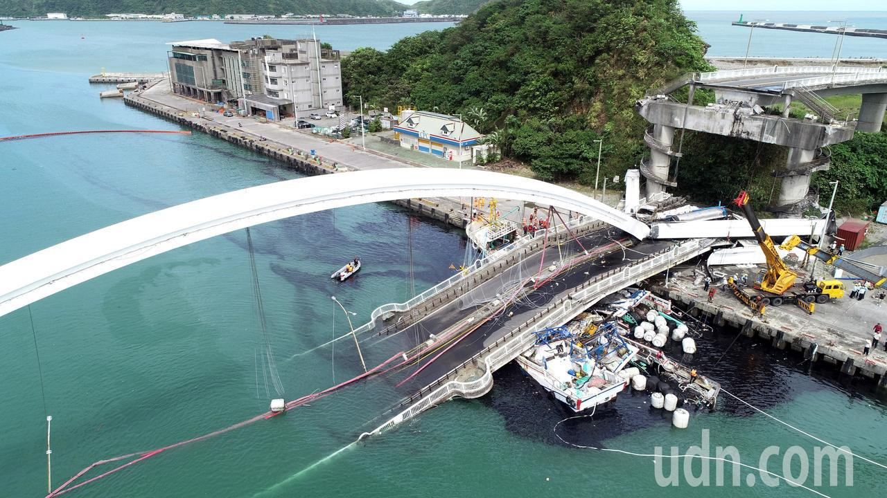 南方澳跨港大橋突然斷裂,壓垮底下的漁船,海面遭漁船上的燃料油汙染。記者侯永全/攝...