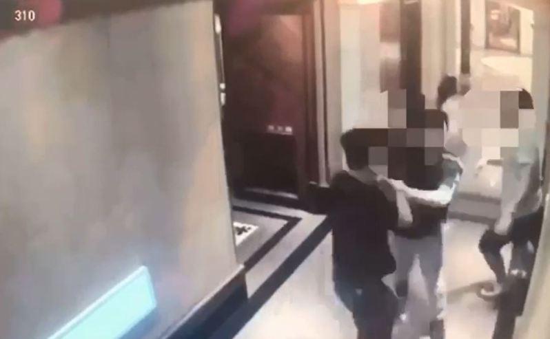 陳男與走錯包廂的4人在走廊上爆發衝突。記者柯毓庭/翻攝