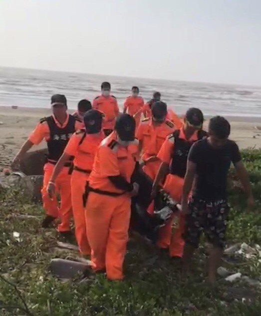 海巡署第六巡防區南部分署第11岸巡隊合力救援保育類侏儒抹香鯨。記者吳淑玲/翻攝