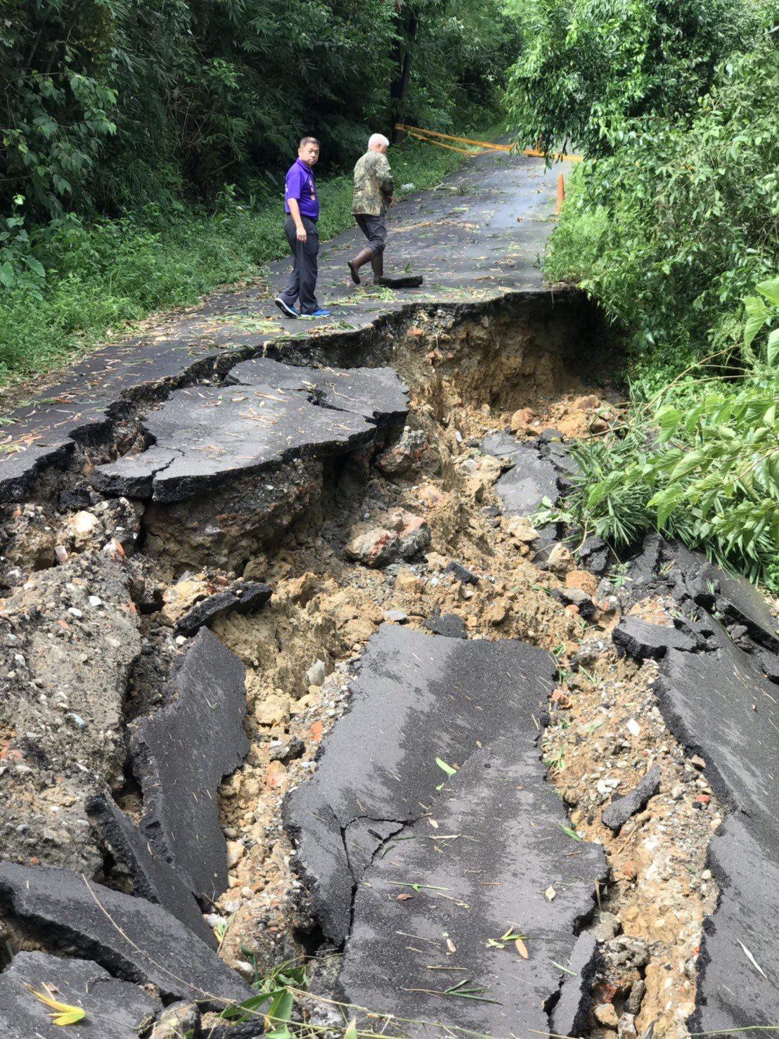 基隆華新一路產業道路柔腸寸斷 坍百公尺長困7住戶