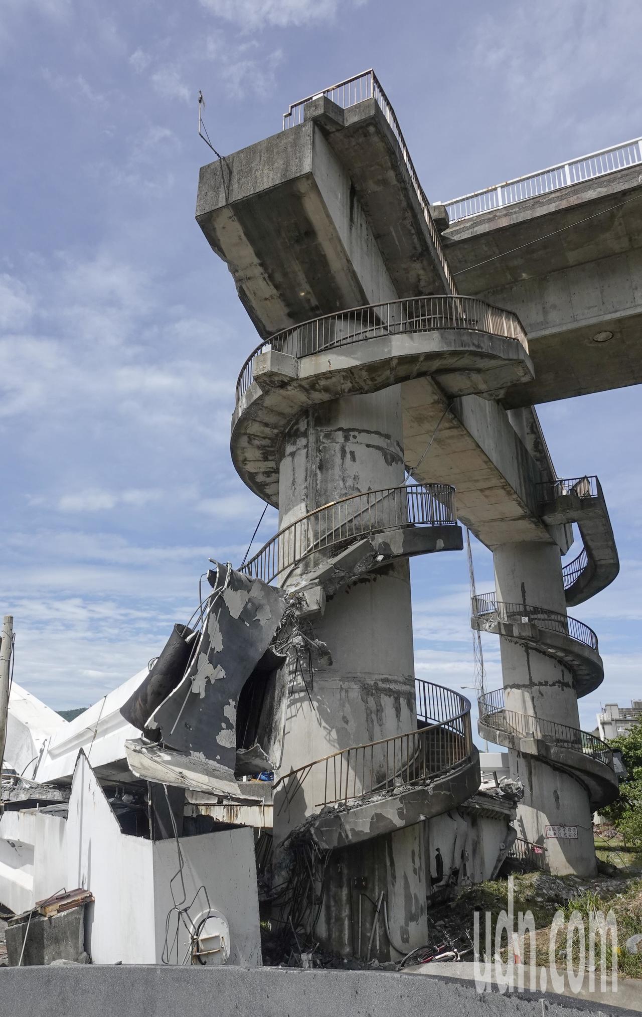 南方澳跨港大橋上午突然斷裂,跨港的橋面落海,還壓垮底下的漁船。記者鄭超文/攝影