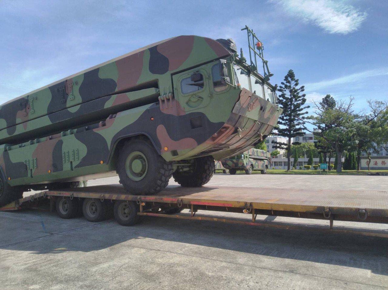 M3浮門橋車駛上板車,預備趕往南方澳現場。圖/陸軍提供