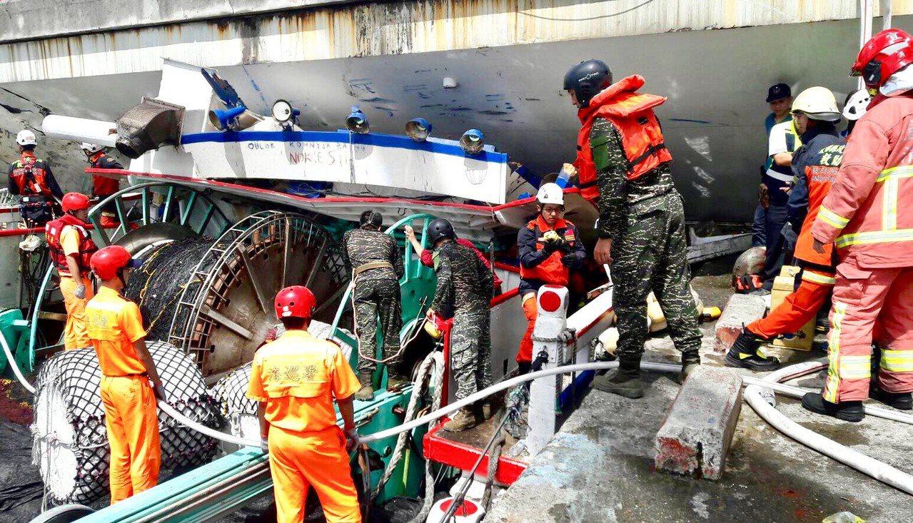 海軍人員協助在斷橋現場布設攔油索。圖/軍聞社