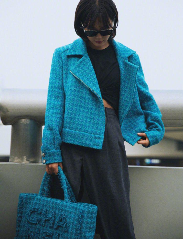 大陸女星辛芷蕾以一件香奈兒亮藍色的軟呢外套內搭中空露腰黑色褲裝,集帥氣性感於一身...