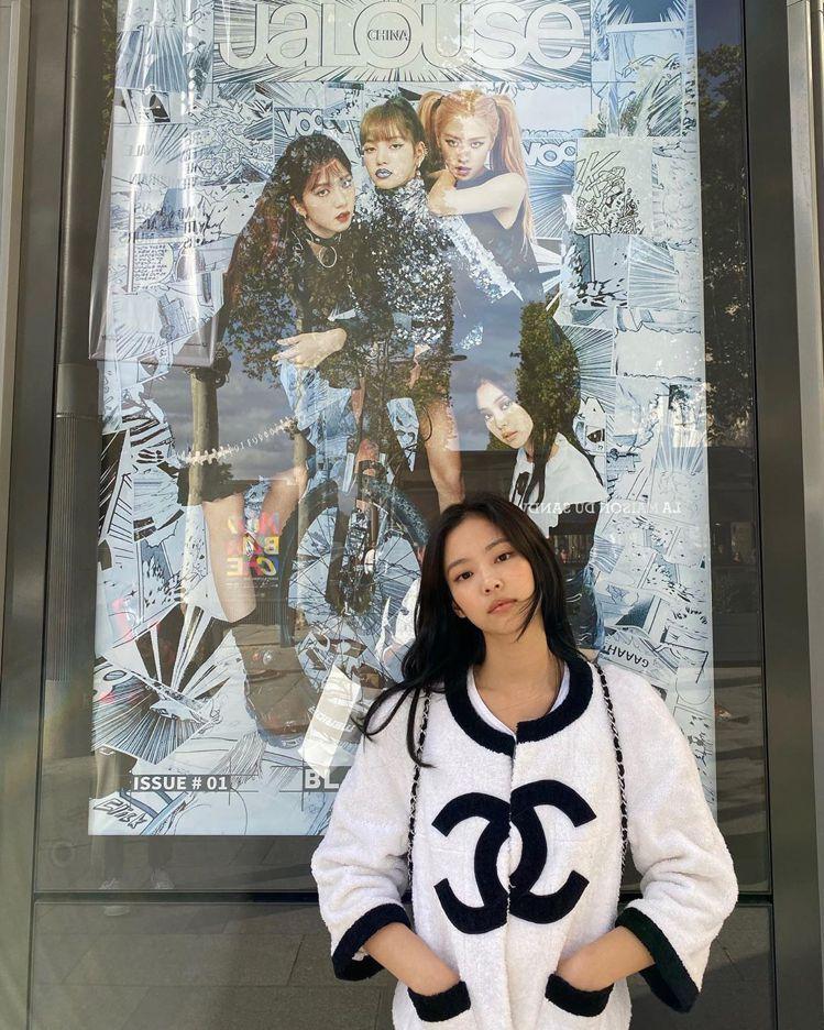 Jennie穿經典黑白Terry Jacket跟BLACKPINK的宣傳照片合照...