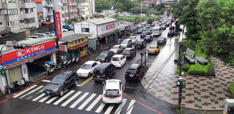 米塔颱風遠去,新北市今日正常上班上課,不料因為吉林街的水門未開,導致汐止大塞車。圖/市議員張錦豪提供