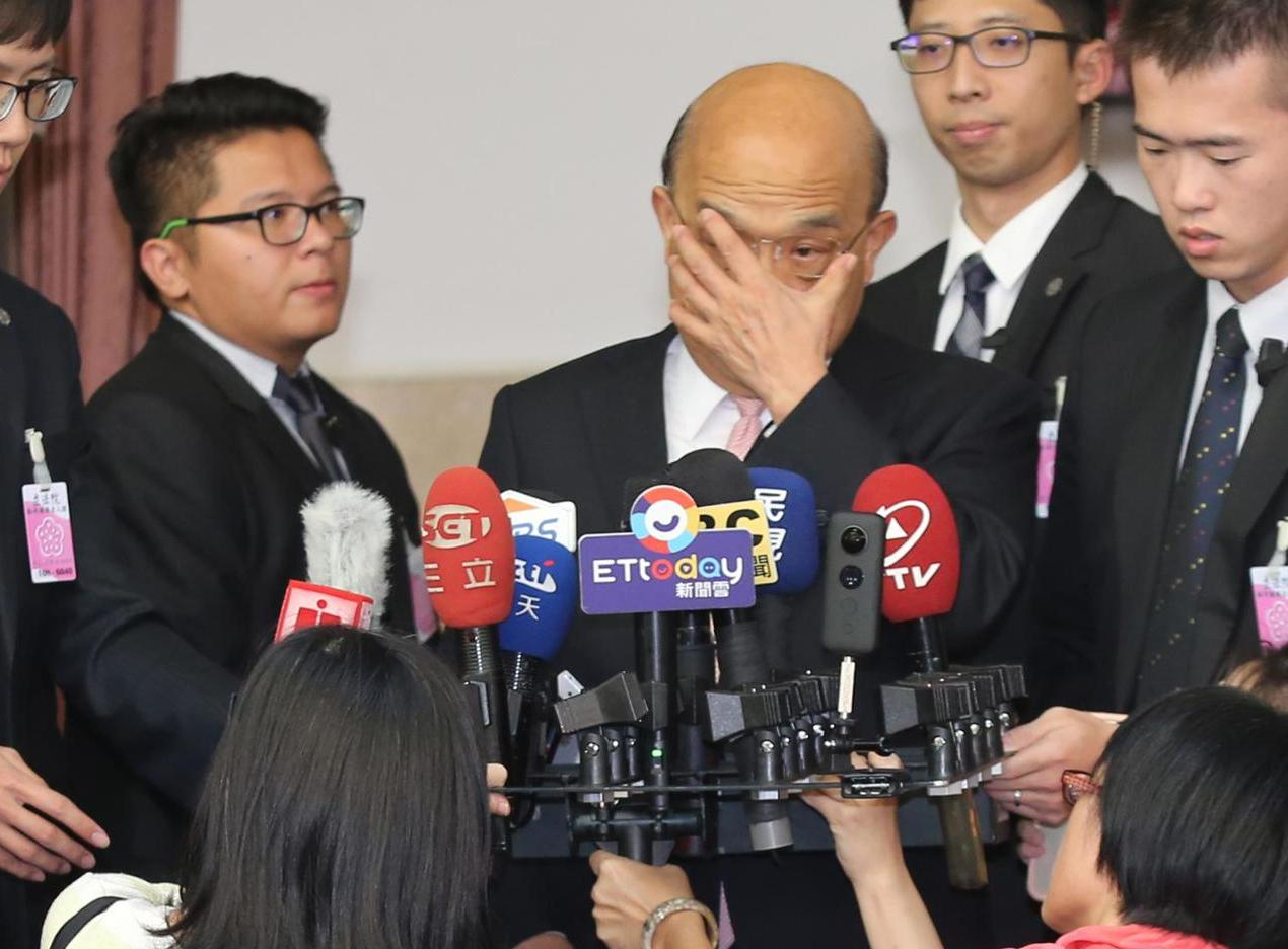 行政院長蘇貞昌(中)受訪表示,各相關單位都進行第一時間的搶救,目前已救出10人,...