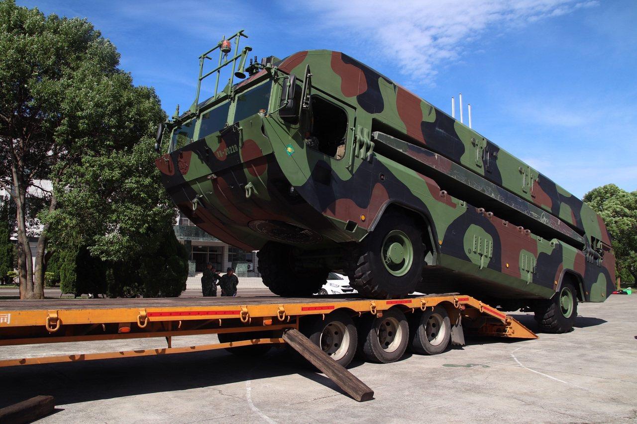 針對南方澳跨海大橋倒塌意外,陸軍動員5部M3浮門橋車由板車機動運往蘇澳待命。圖/...
