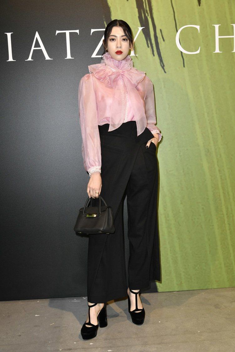 因周杰倫MV女主角而成為話題的三吉彩花,也獲邀前往夏姿看秀。圖/夏姿提供