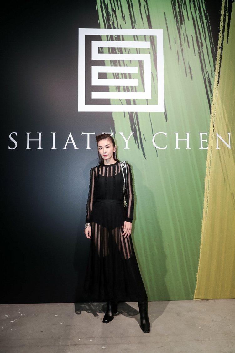謝金燕以若隱若現的刺繡長裙出席夏姿2020春夏發表。圖/夏姿提供