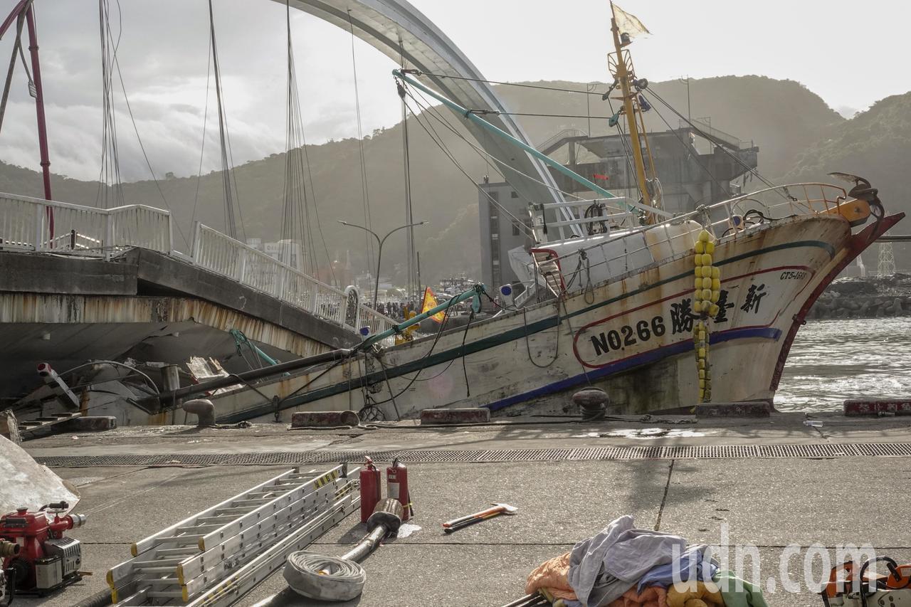 南方澳跨港大橋上午突然斷裂,還壓垮底下的漁船,下午在海軍兩艘船的合力下,順利從橋...