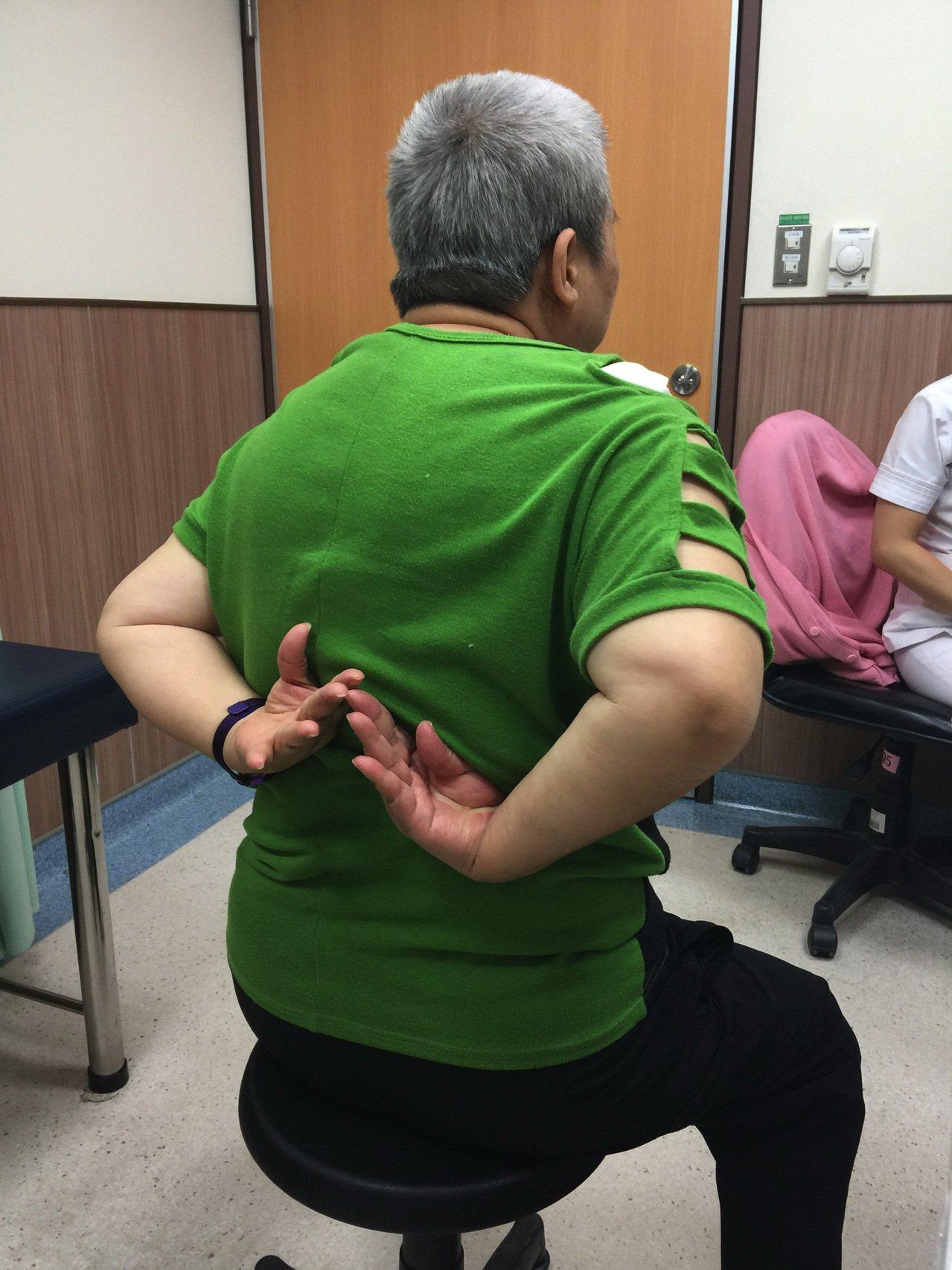 吳婦手術完隔天回診,不僅清除疼痛,馬上可把手往後彎,恢復正常,她欣喜萬分。記者蔡...