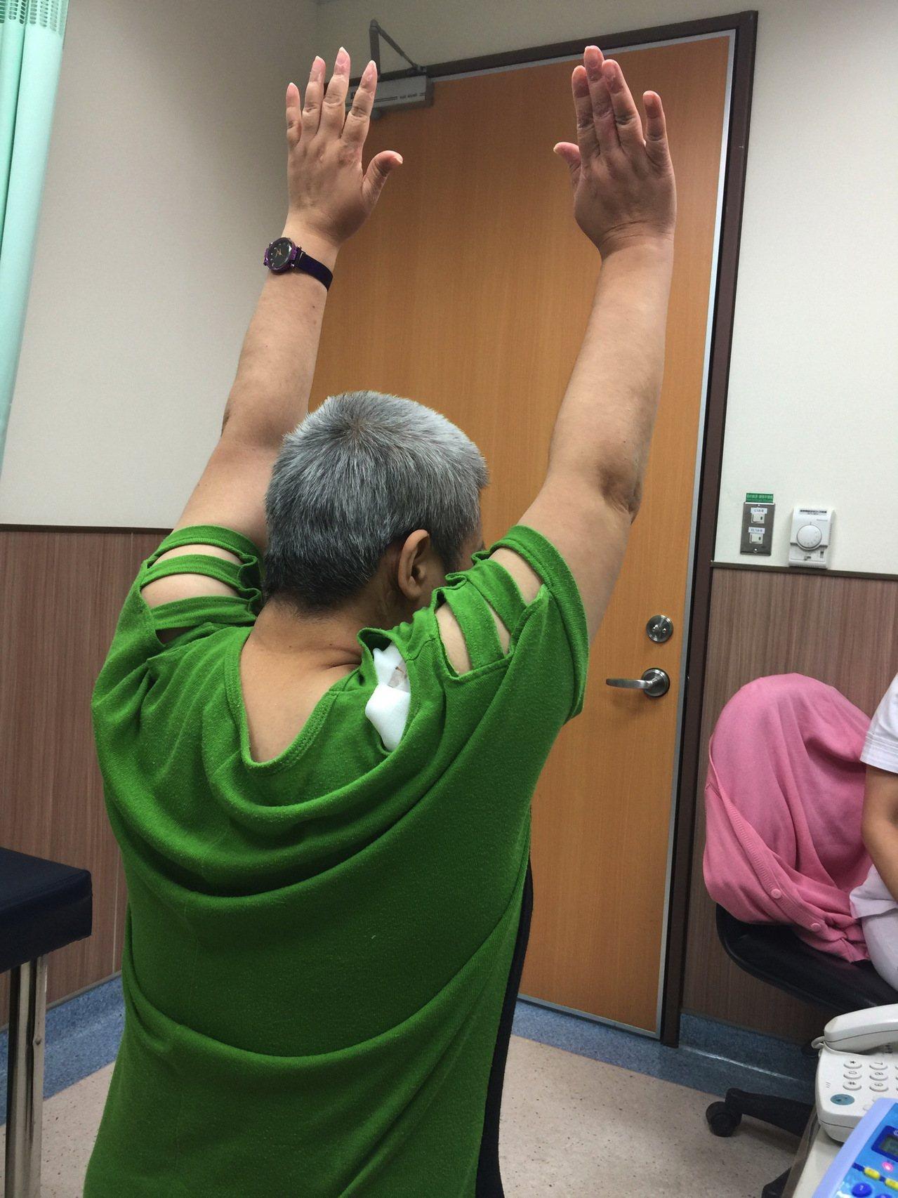 吳婦手術完隔天回診,不僅清除疼痛,馬上可高舉雙手,恢復正常,她欣喜萬分。記者蔡維...