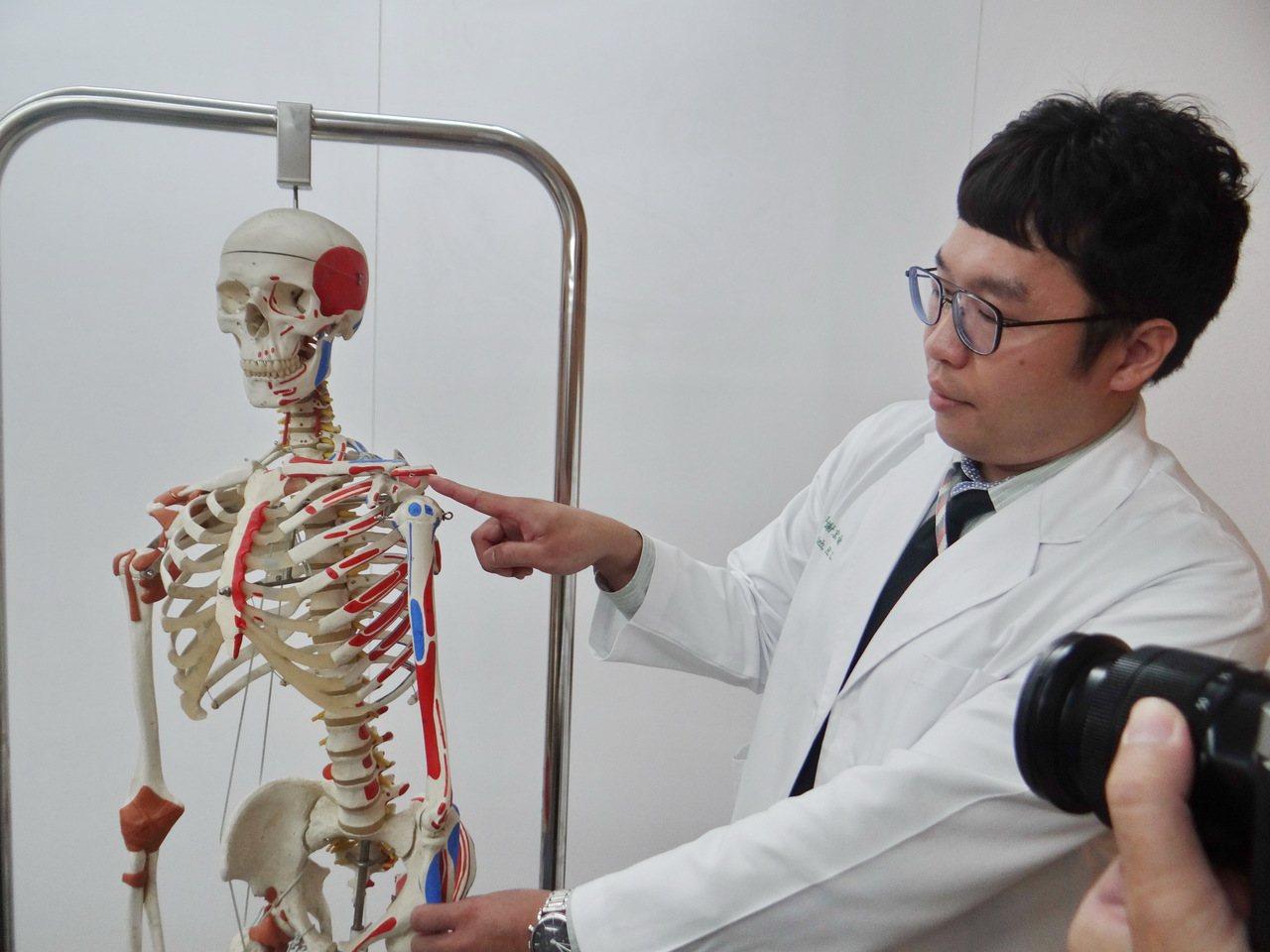 醫師謝宏侖說明肩膀骨刺形成原因及治療方式。記者蔡維斌/攝影