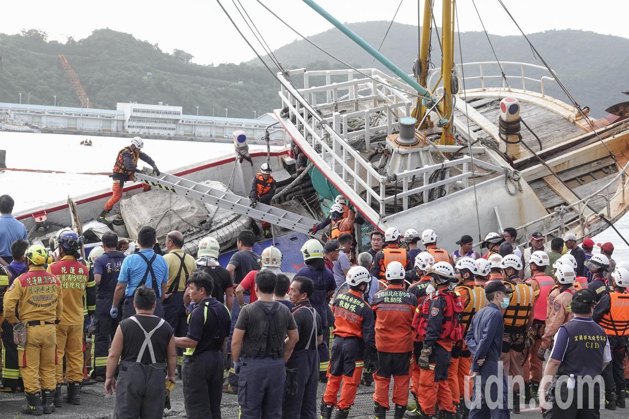 南方澳跨港大橋上午突然斷裂,還壓垮底下的漁船,新壹勝號被拉靠岸後,搜救人員上船查...