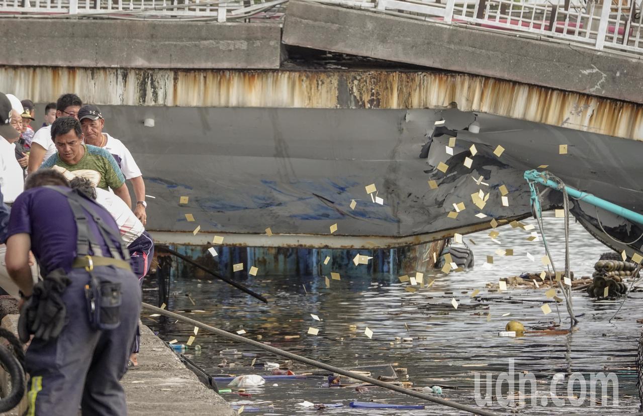 南方澳跨港大橋上午突然斷裂,還壓垮底下的漁船,新壹勝號被拉出橋下後,船東撒冥紙哀...