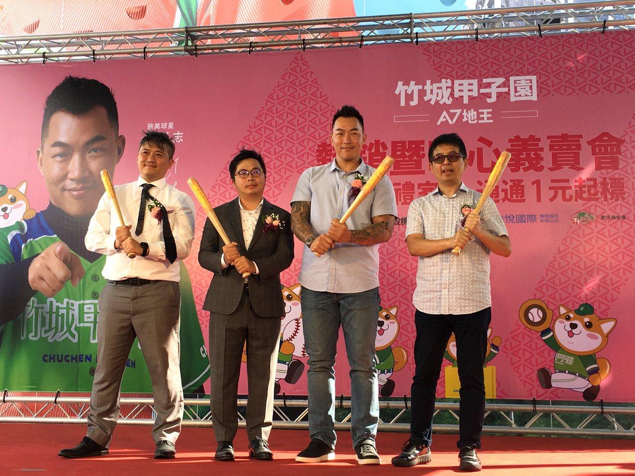 旅美球星郭泓志代言「竹城甲子園」,吸引粉絲圍觀。圖/竹城建設提供