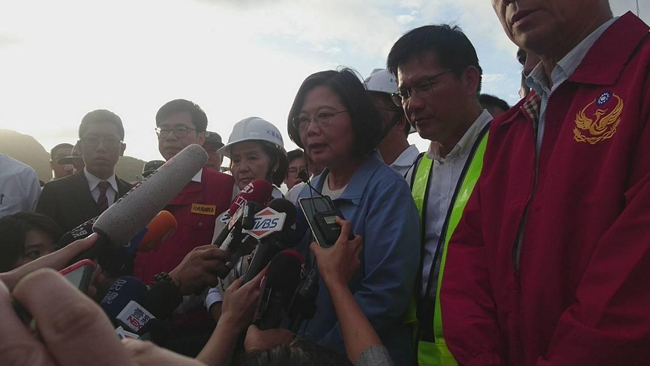 總統蔡英文今下午到斷橋現場勘災,指示救人優先,舊橋全面總體檢。 記者羅建旺/攝影