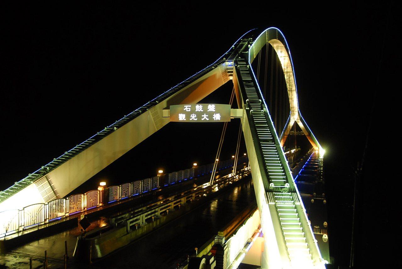 阿里山鄉豐山村的石鼓盤觀光大橋,橋型與南方澳跨港大橋類似,入夜還有多彩燈光。圖/...