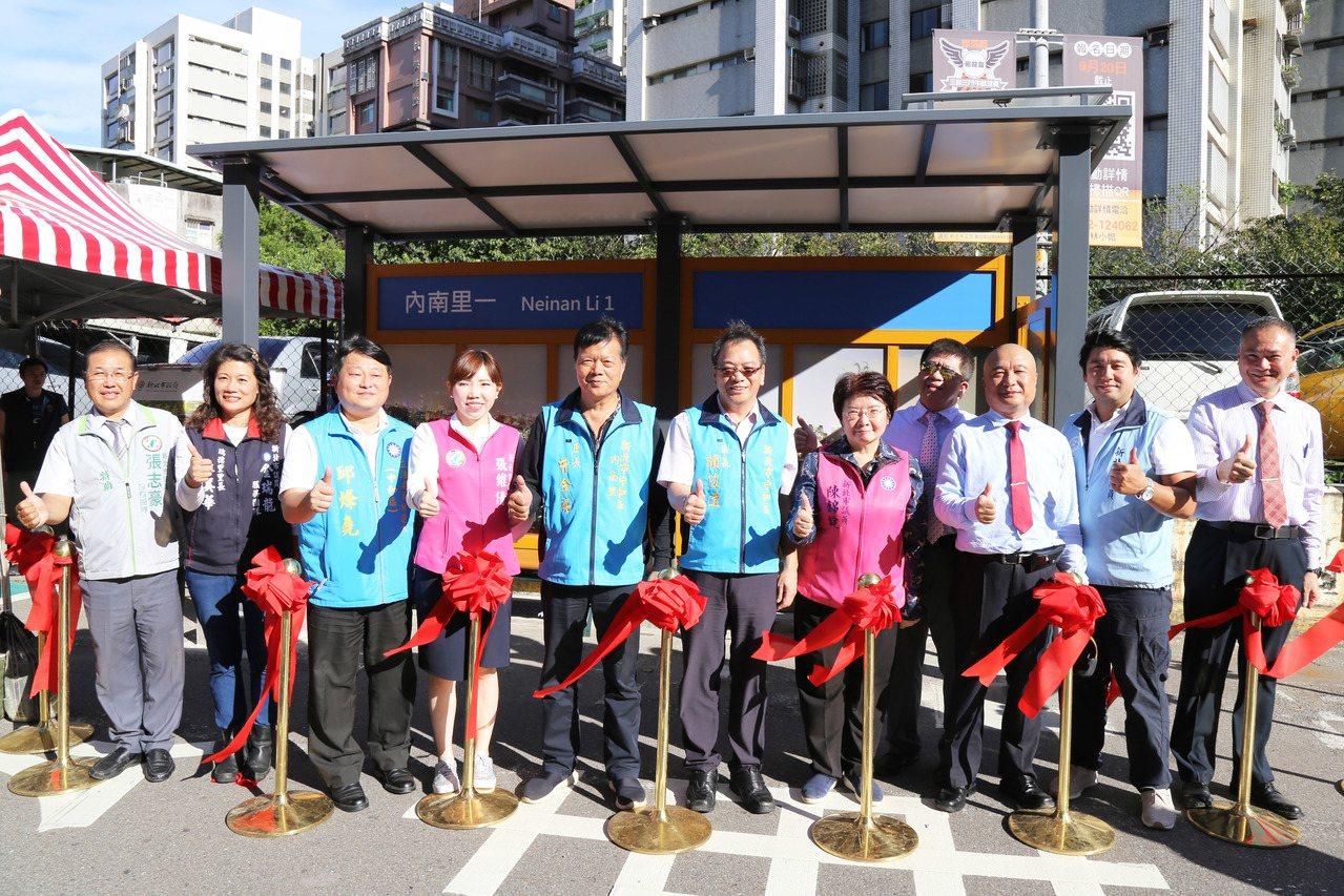 首座「太陽能電子紙智慧候車亭」今天在中和區內南里正式啟用。記者江婉儀/攝影