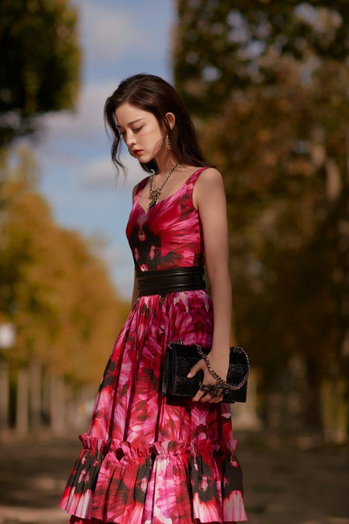 AlexanderMcQueen大中華區代言人古力娜扎身穿波紋花蕾印花洋裝、配戴...