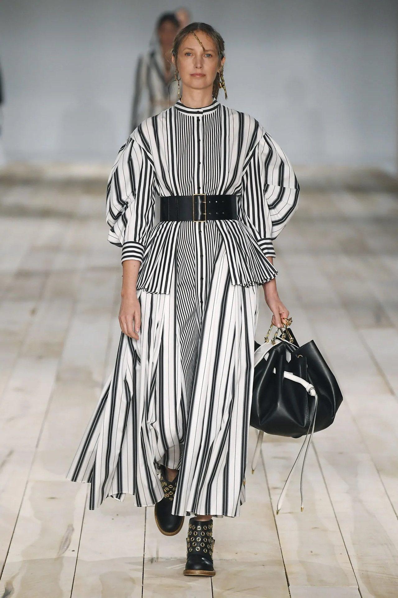 Alexander McQueen的黑白色線性結構服裝,肩袖處為品牌經典樣貌。圖...