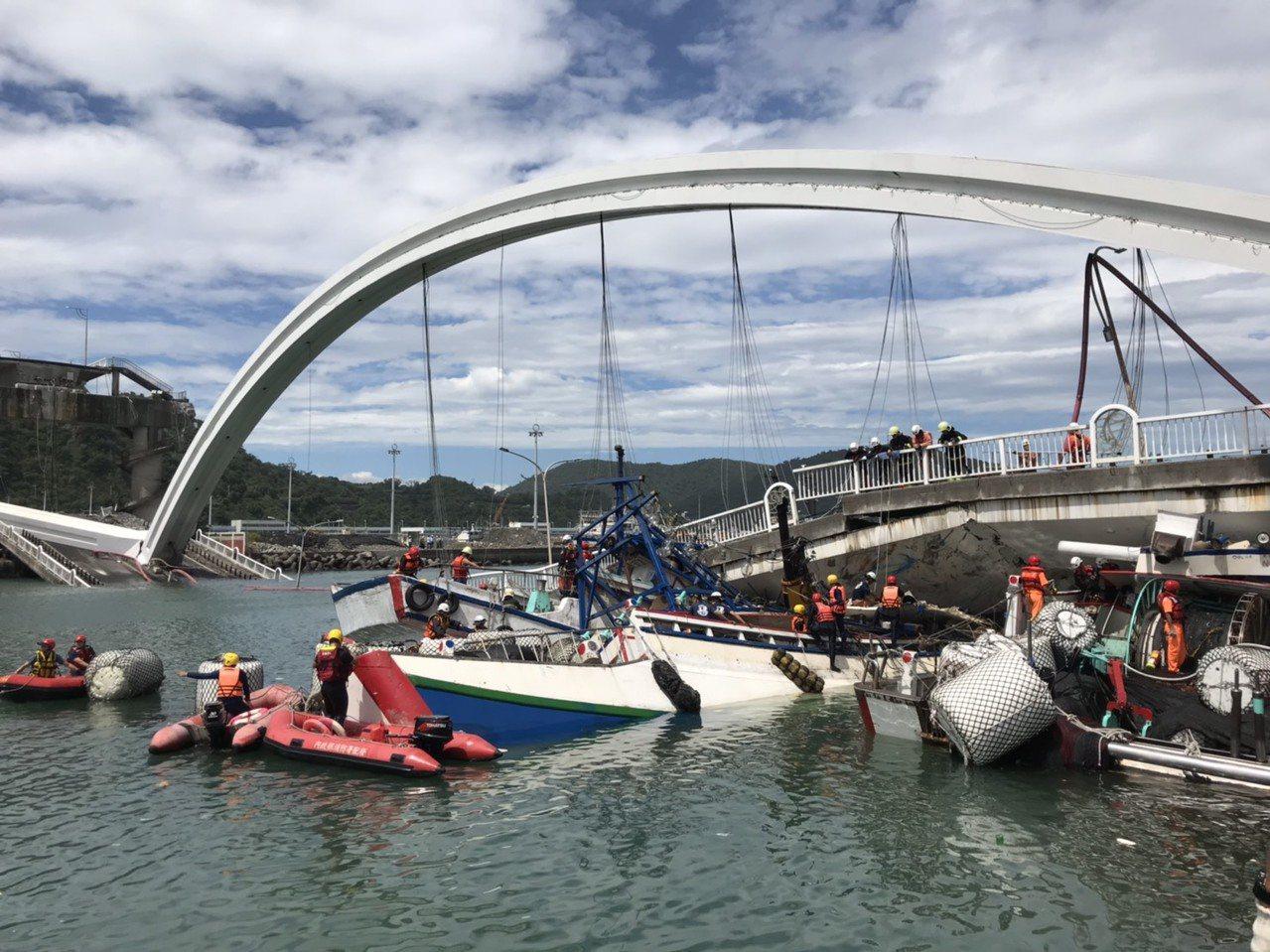 宜蘭南方澳跨港大橋上午發生坍塌,至今超過8小時,共有3艘漁船被斷橋壓住,救援難度...