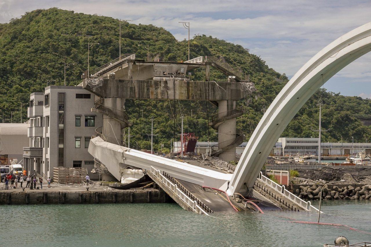 南方澳跨港大橋塌陷。圖/鄭超文攝影