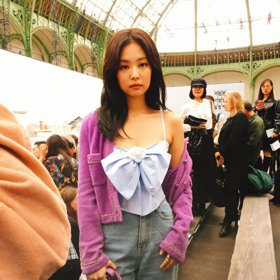 巴黎時裝周/慵懶露香肩 Jennie把香奈兒大蝴蝶結穿上身