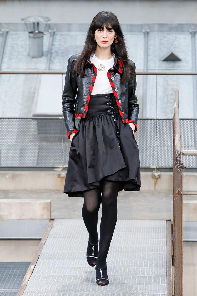 黑色皮夾克以紅色滾邊裝飾出宛如信封設計樣式。圖/摘自nowfashion
