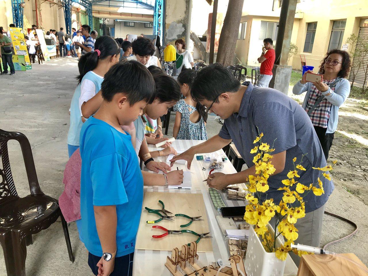 台灣設計展教育展區 小學生邊玩邊學菸葉廠變學習樂園