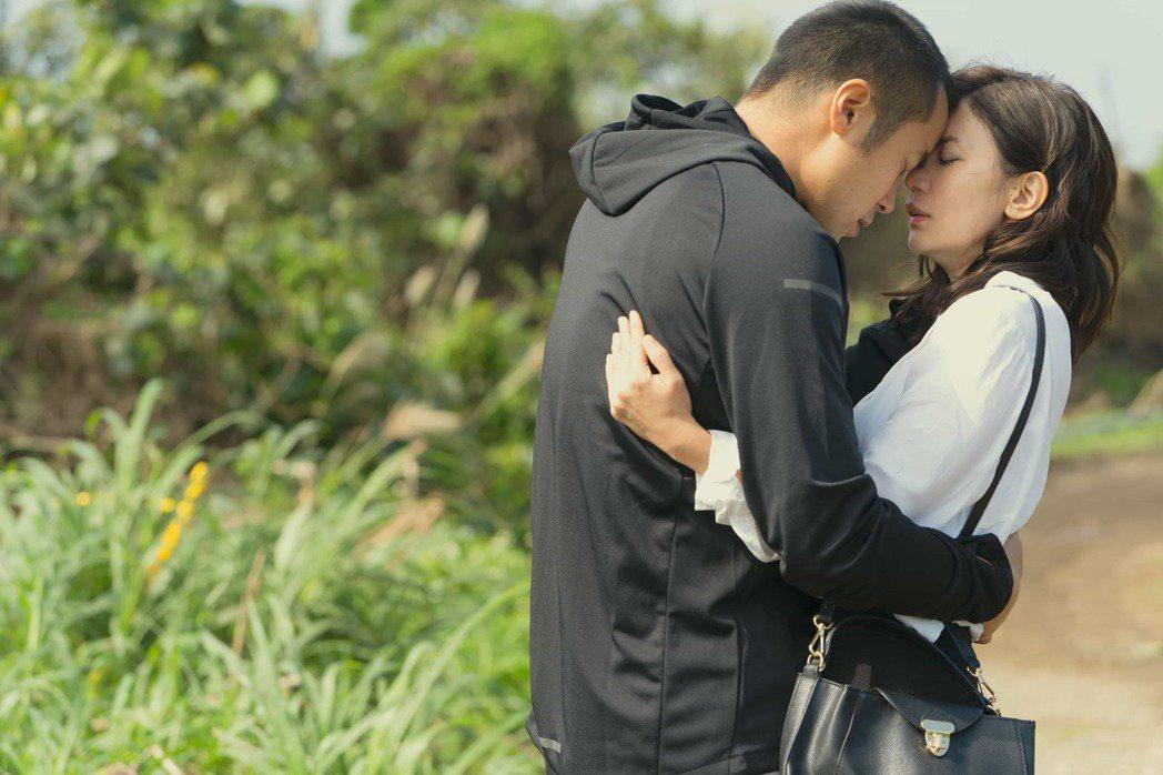 張孝全(左)主動向賈靜雯索吻,浪漫指數破表。圖/Netflix提供