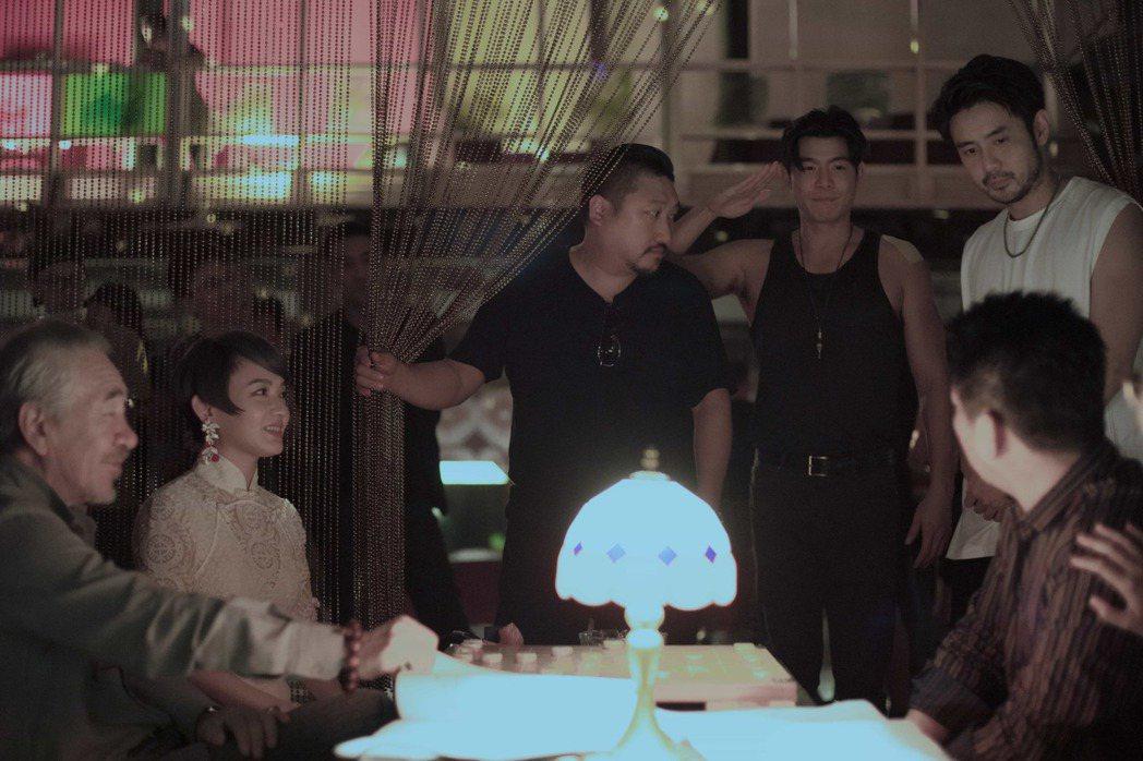 王柏傑(右二)在「罪夢者」中,與范曉萱舞廳相遇一見鍾情。圖/Netflix提供