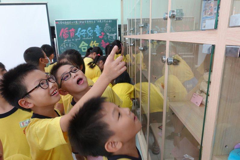 僑育好兒童合作社,擺滿學童的「願望清單」,學童看著櫥窗內的物品,熱烈討論。記者劉星君/攝影