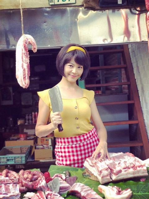 藝人張䕒心在民視8點檔「多情城市」中飾演豬肉西施,戲裡揮刀剁豬肉,讓她第一天拍攝就因此而受傷,雙手脫皮、抽筋,令她大嘆「每個行業都很辛苦,真是隔行如隔山。」戲裡她和藍葦華飾演一對歡喜冤家,見面就是鬥...
