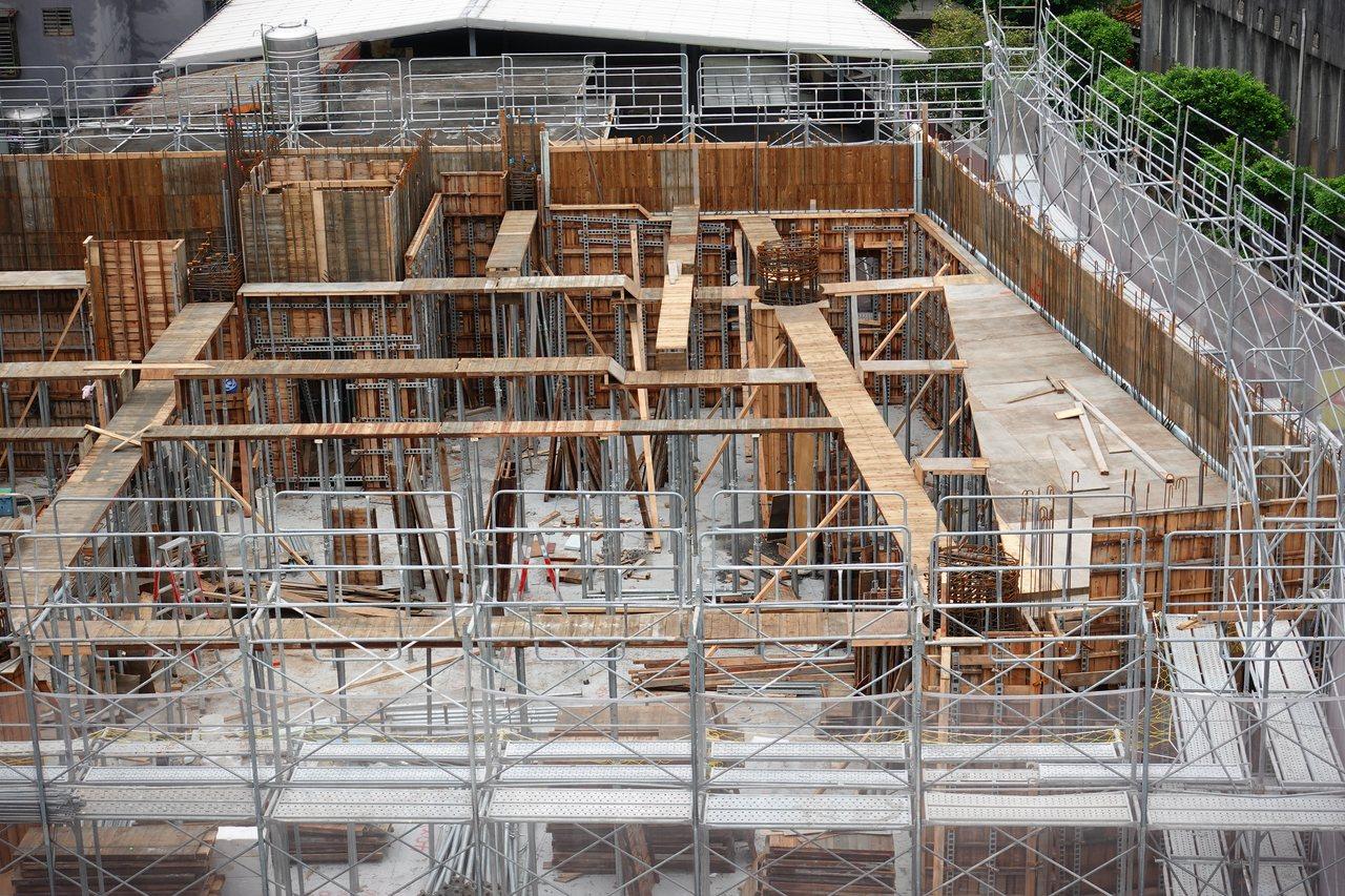 有45年歷史的瑞芳圖書館,因漏水及耐震能力不足,新北市工務局自今年4月8日動工,...