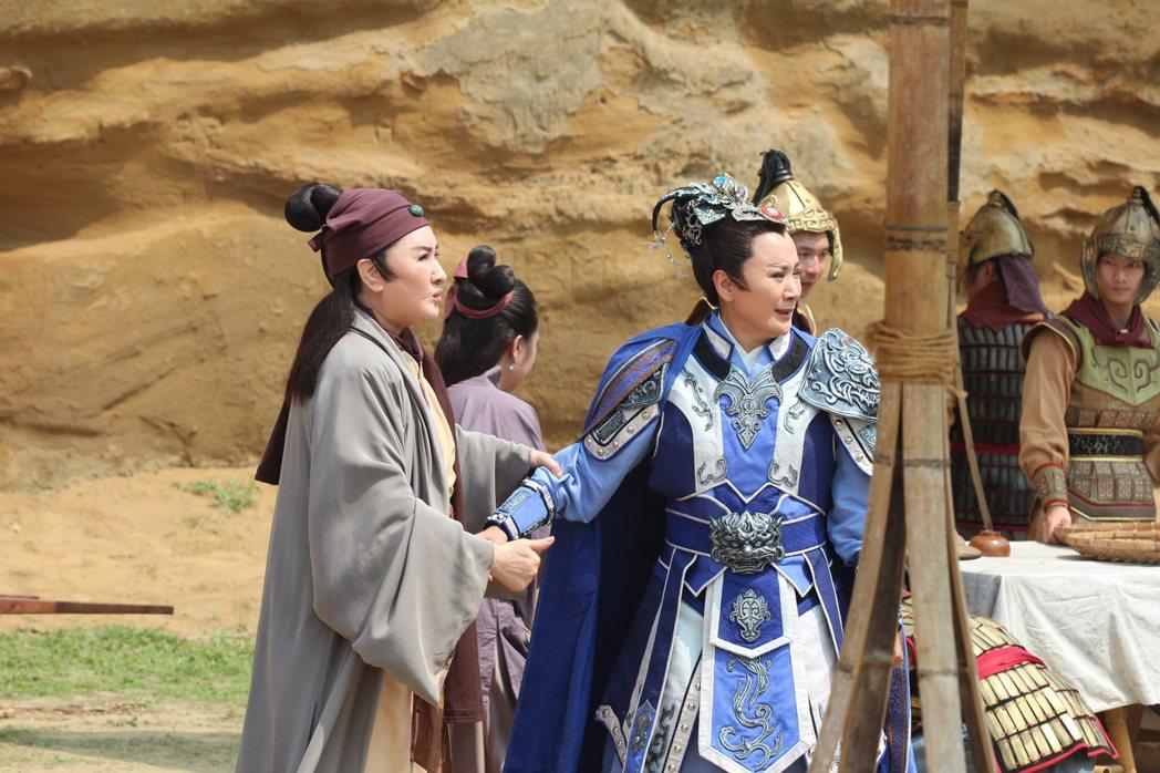 楊麗花(左)與陳亞蘭師徒合作,被網友「歪樓」成BL戲碼。圖/麗生百合提供