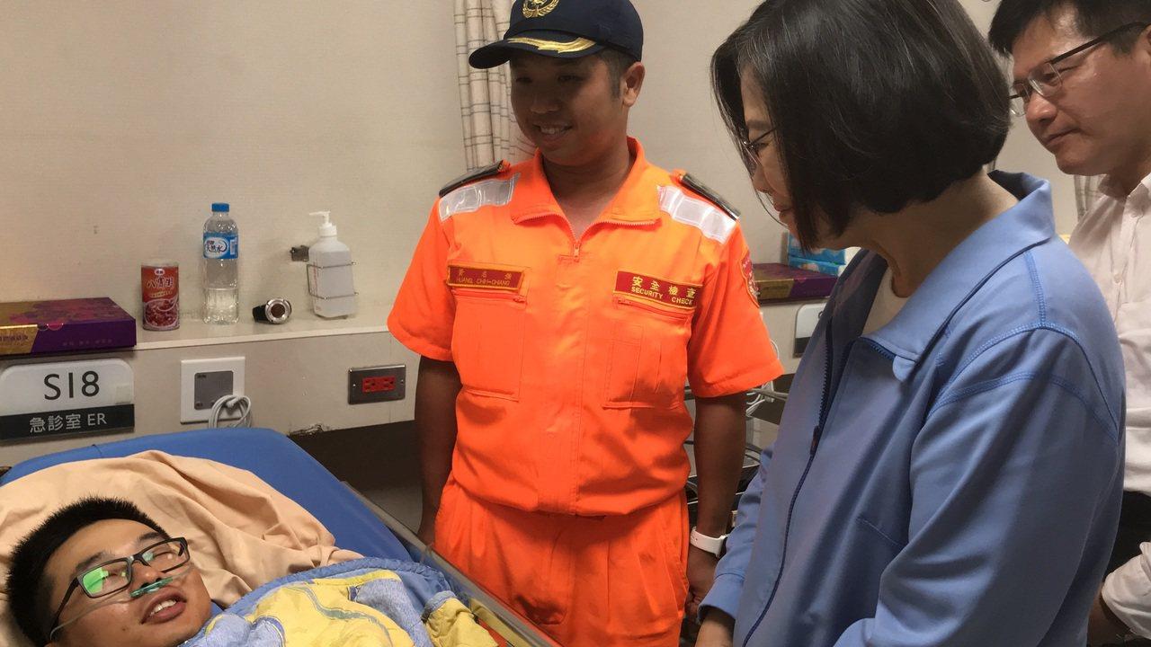 總統蔡英文(左3)到羅東博愛醫院探視受傷的海巡人員。圖/羅東博愛醫院提供