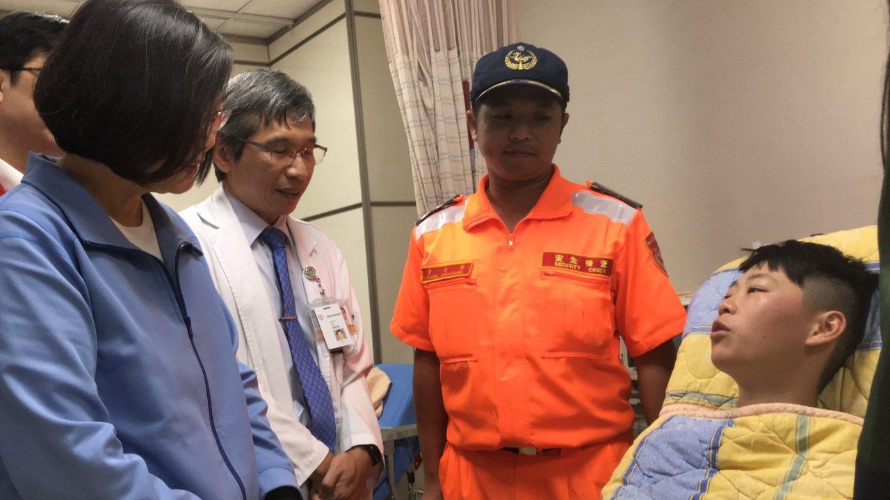 總統蔡英文(左)到羅東博愛醫院探視受傷的海巡人員。圖/羅東博愛醫院提供