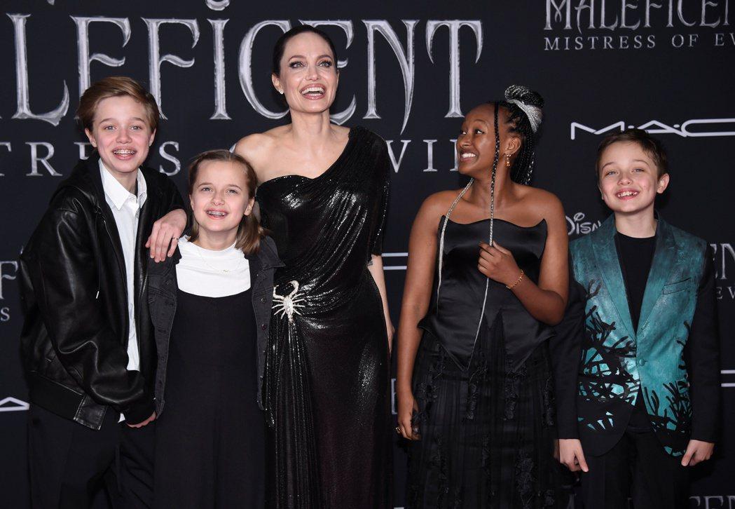 雖然大養子不在身邊,安琪莉娜裘莉仍帶著其他孩子們出席「黑魔女2」首映。(路透)