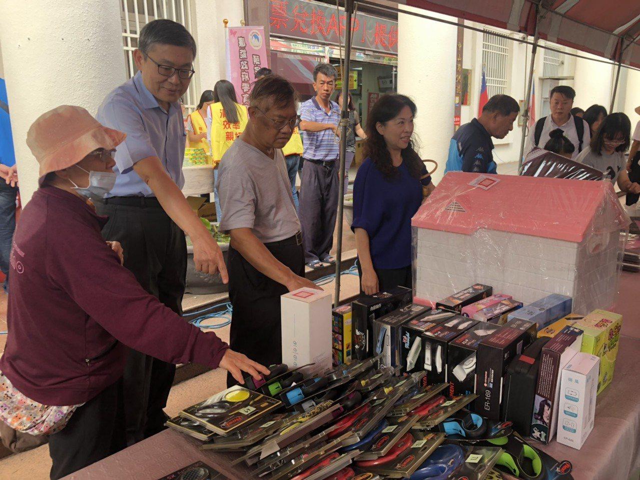 嘉義分屬主任行政執行官穆治平(左二)也一同介紹變賣的寵物商品。記者李承穎/攝影