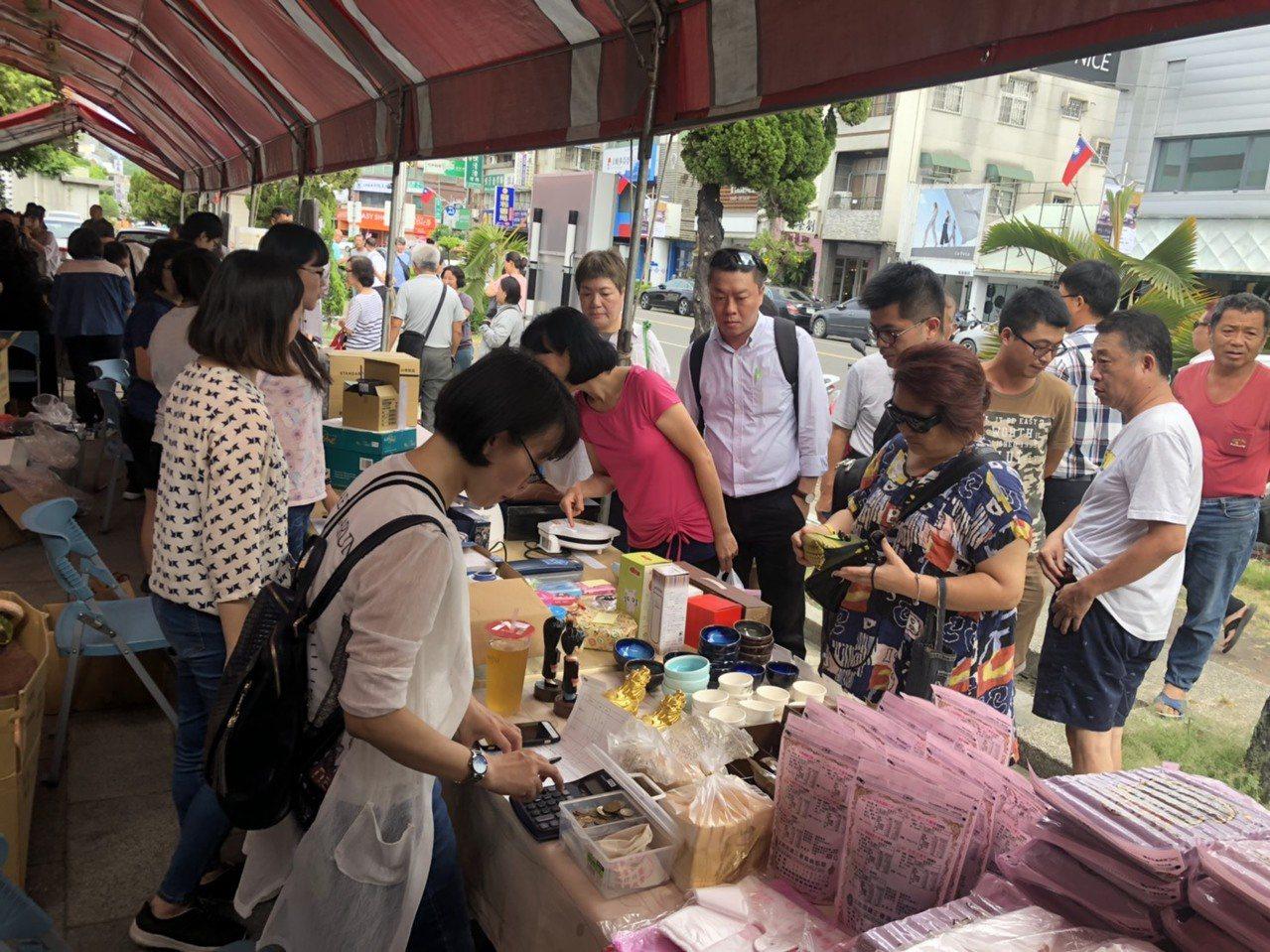 法務部行政執行署嘉義分署今天下午舉辦「123全國聯合拍賣日」,大批人潮前來搶購。...