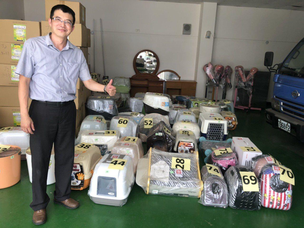 書記官陳威霖指出,這次變賣的寵物商品都是新品。記者李承穎/攝影