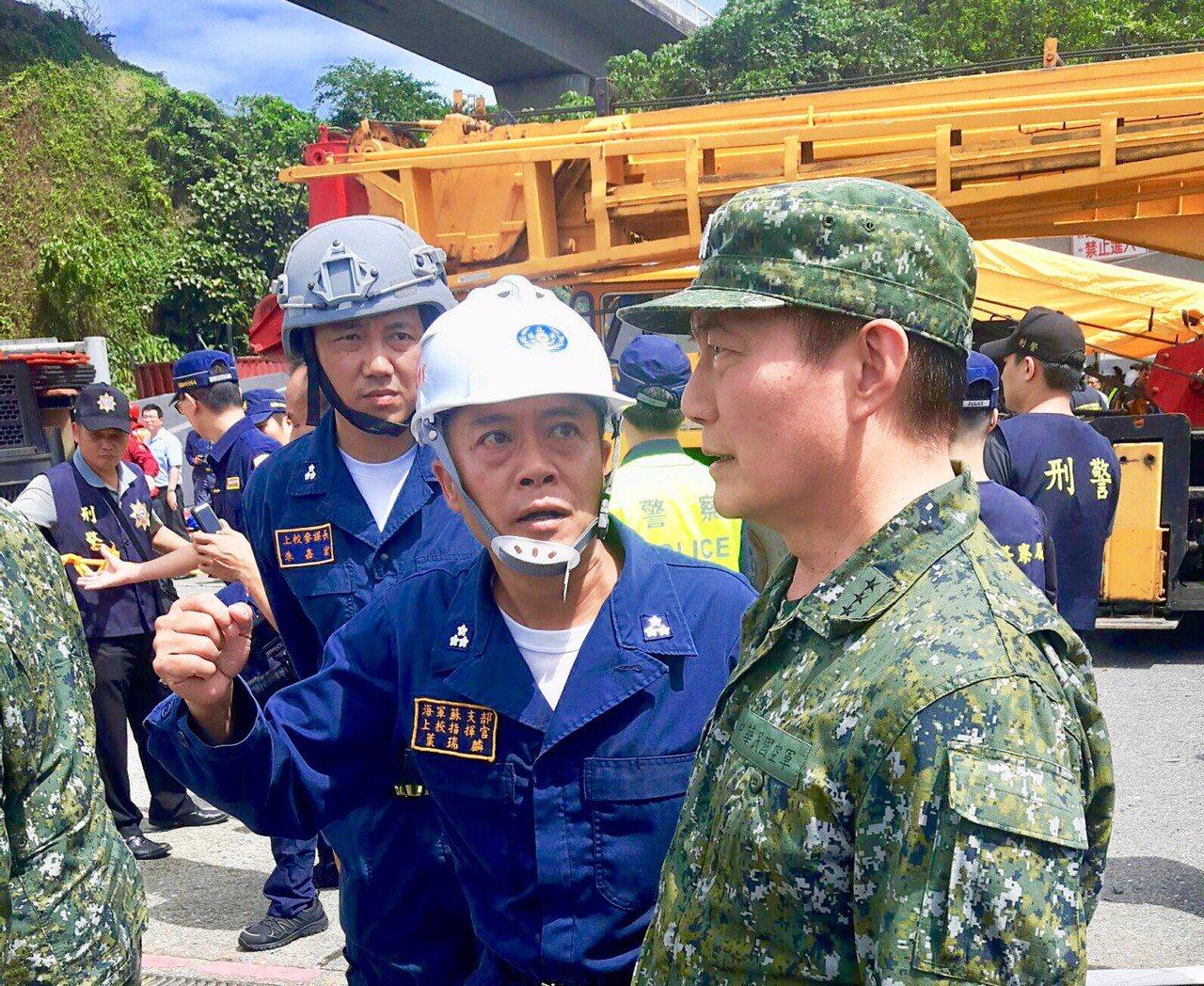 參謀總長沈一鳴(右)聽取海軍蘇支部指揮官葉瑞麟上校報告。圖/國防部提供