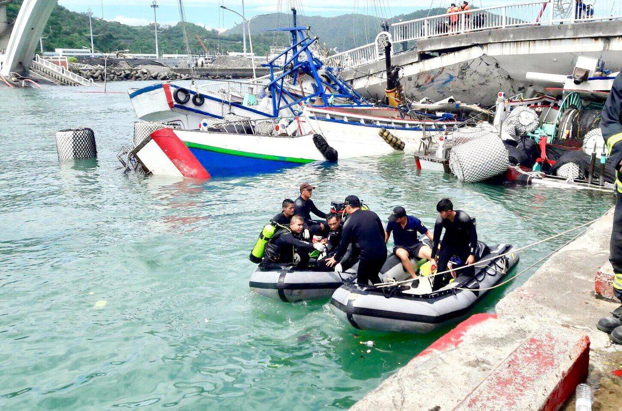 海軍水下作業大隊的蛙人,明天將協助拆除水下斷橋殘骸上的燈杆、護欄等,讓漁船可以出...